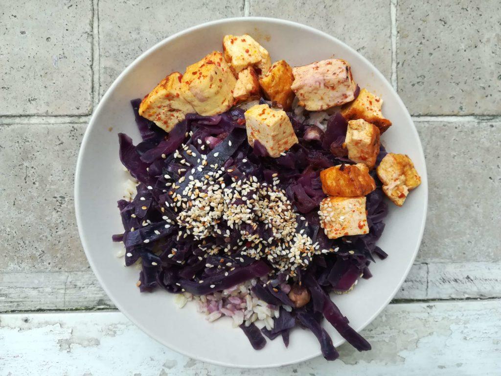 Die Umstellung auf vegane Ernährung muss nicht teuer und kompliziert sein! Auf dem Bild ist ein Beispiel für ein einfaches und günstiges veganes Gericht zu sehen.