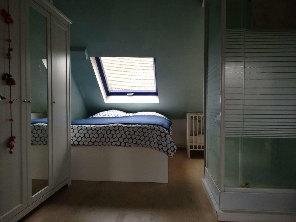 Das Bild zeigt den Schlaf- und Duschbereich unseres Zimmers. Fotografiert von Marion Schwenne im jpg-Format.