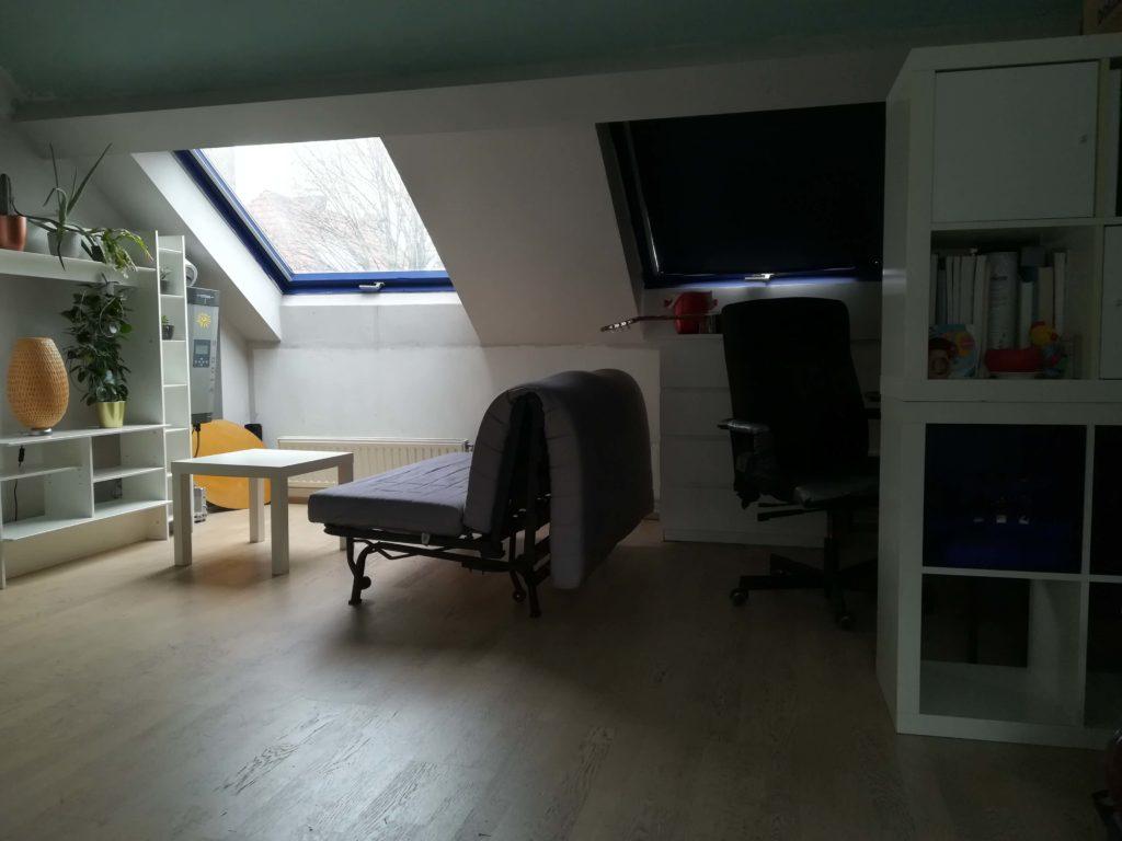 Das Bild zeigt den Wohn- und Arbeitsbereich unseres Zimmers. Fotografiert von Marion Schwenne im jpg-Format.