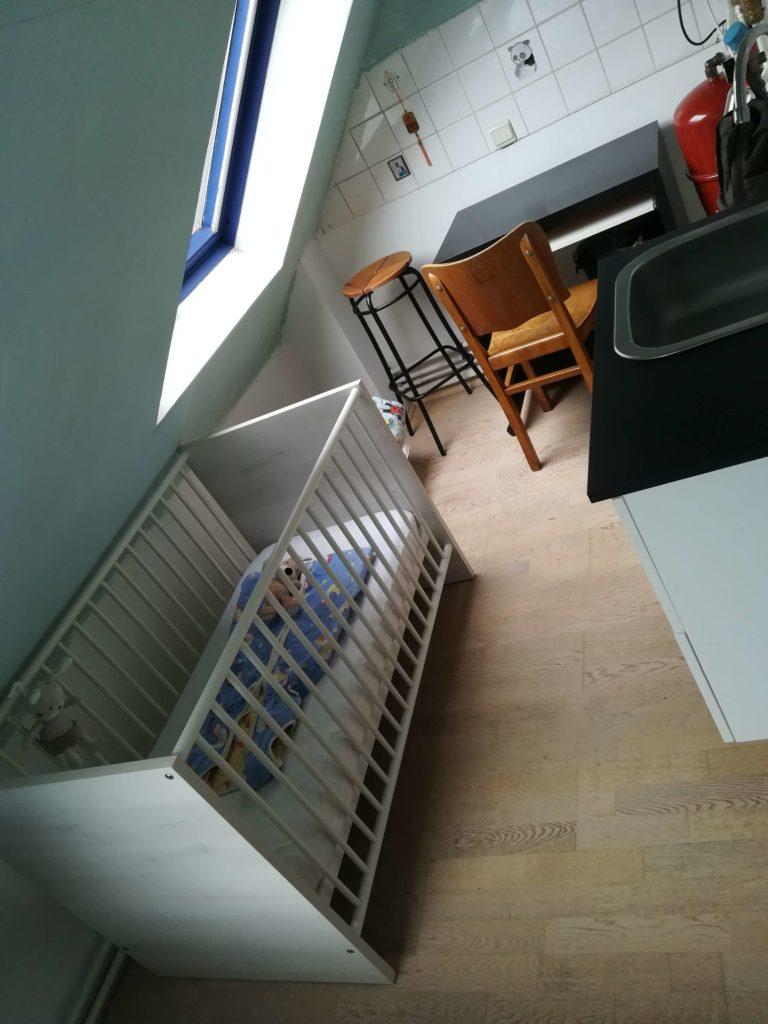 Das Bild zeigt den Baby-, Wasch und zweiten Arbeitsbereich unseres Zimmers. Fotografiert von Marion Schwenne im jpg-Format.