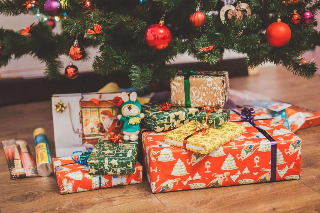 Weniger Geschenke für Kinder sind schwer zu realisieren. Das Bild zeigt Geschenke unter dem Weihnachtsbaum. Die Fotografie stammt von Eugene Zhyvchik und wurde auf Unsplash.com im jpg-Format veröffentlicht.