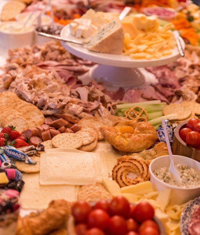 Restriktive Diäten und Kalorienzählen führen zu Fressattacken. Das Foto im jpg-Format zeigt einen Tisch voller Lebensmittel. Veröffentlicht von Dunamis Church auf Unsplash.com.