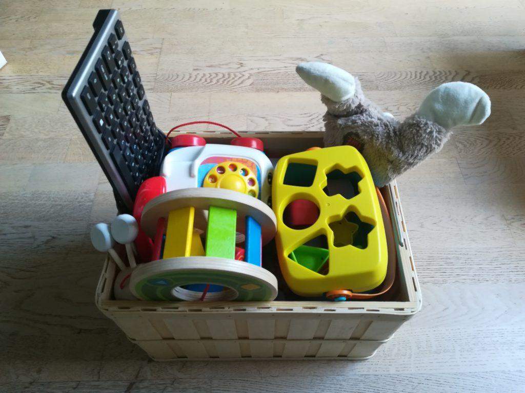 Für den Umzug in eine kleinere Wohnung sollten die Besitzgüter reduziert werden. Kinder können sich mit einer kleinen Auswahl an Spielzeugen beim Spielen besser fokussieren. Das Foto zeigt Mambekovas Spielkiste.