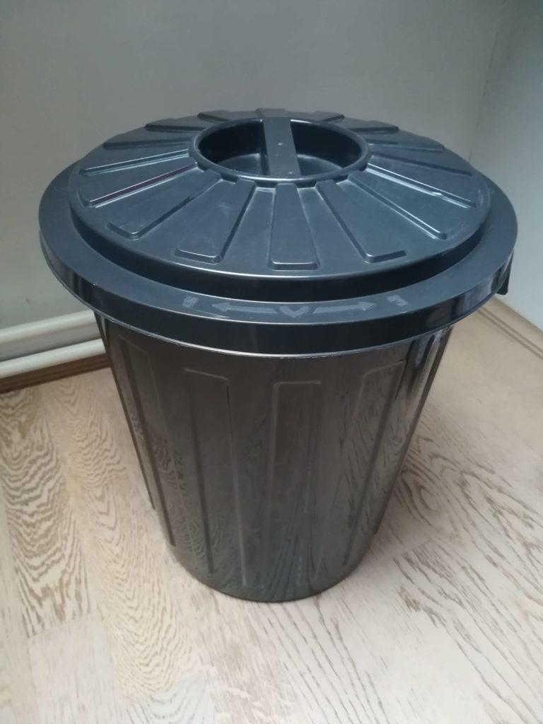 Das Foto zeigt eine graue Oskartonne, in der die getrockneten Stoffwindeleinlagen gesammelt werden.