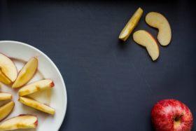 Apfelstücke machen die veganen Pfannkuchen besonders saftig.