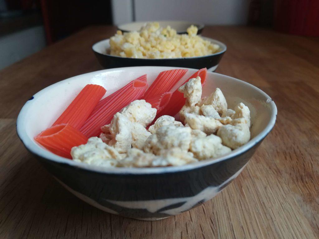 Die Zutaten für die Power-Brühe: Sojabrocken und Nudeln aus Hülsenfrüchten