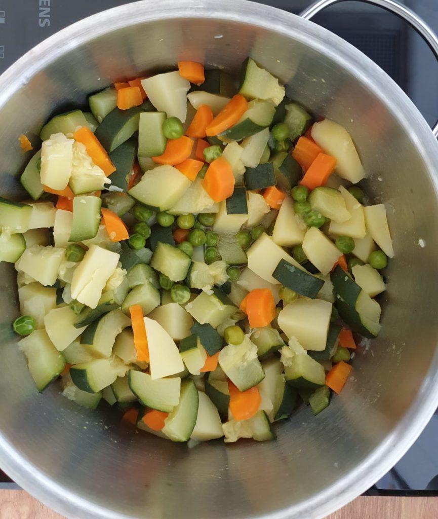 Beim Vorkochen von Babybrei am besten Vollkorngetreide und Gemüse separat kochen.