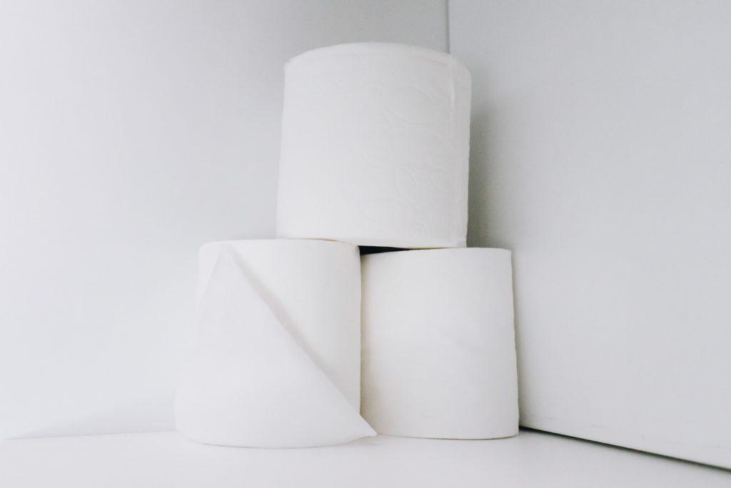 Wickeln ohne Feuchttücher geht mit Toilettenpapier und Wasser.