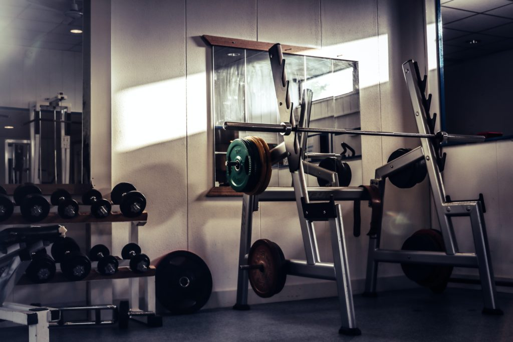 Für Krafttraining mit schweren Gewichten brauchst du ein Fitnessstudio.