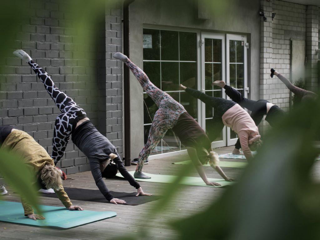 Um Yoga in der Gruppe zu praktizieren, bist du auf Kurszeiten angewiesen.