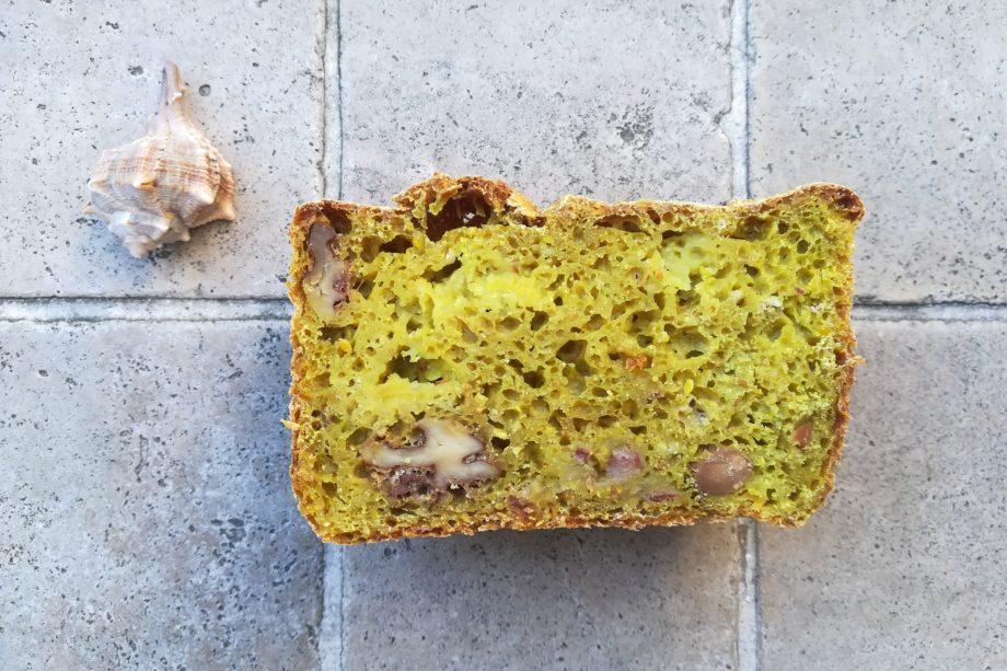 Dieses saftige Kurkuma-Brot mit Äpfeln ist lecker und steckt voller Nährstoffe.