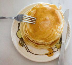 Schnelle vegane Pfannkuchen sind mit ein paar Zutaten leicht zuzubereiten.