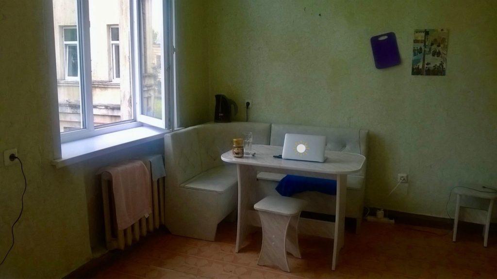 Minimalistisch leben im russischen Wohnheim ohne Badewanne.