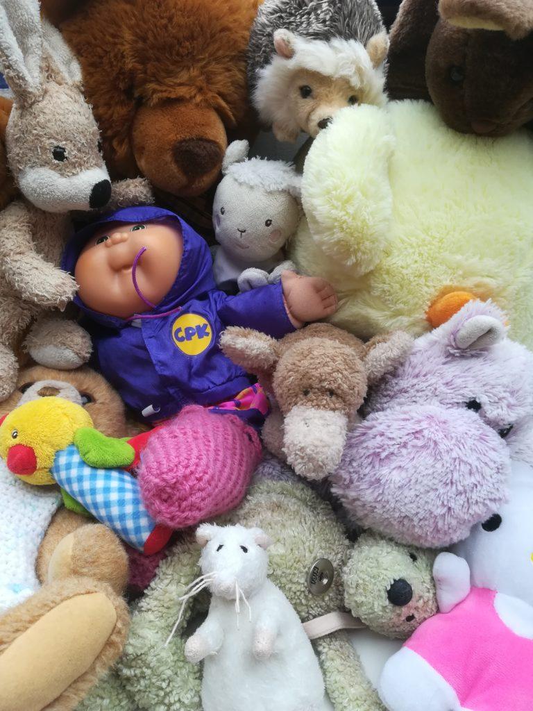 Kinderzimmer ausmisten: alles auf einen Stapel - Stofftiere