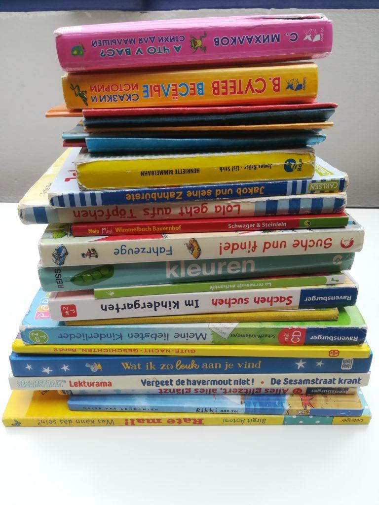 Kinderzimmer ausmisten: alles auf einen Stapel - Bücher