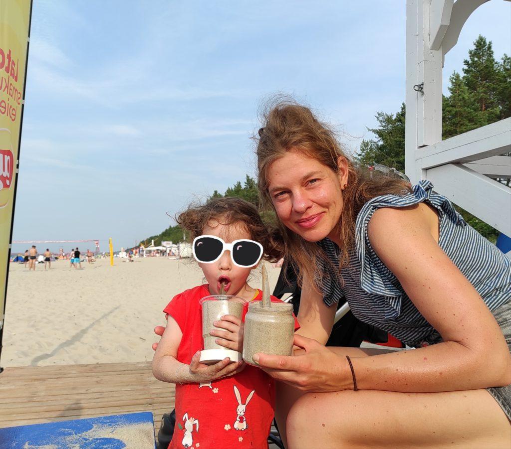 Ortsunabhängig arbeiten: Packliste für 3 Wochen Backpacking mit Kind - Proviantdose als Sandspielzeug